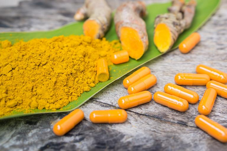 turmuric root, curcumin powder, and gel capsules